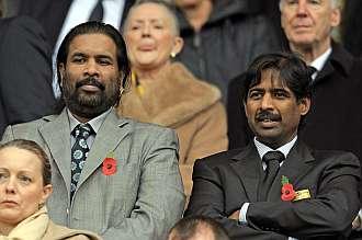 Dos representantes de la firma india, viendo el pasado Blackburn - Chelsea