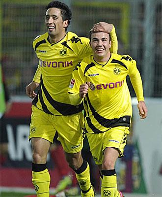 Goetze y Barrios celebran uno de los goles ante el Friburgo