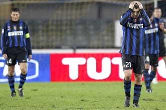 Los jugadores del Inter, abatidos, tras caer frente al Chievo.