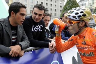"""Contador charla con Samuel S�nchez en el """"II Criterium Ciclista Ciudad de Oviedo""""."""