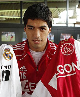 Luis Su�rez posa con las zamarras de R. Madrid y Ajax