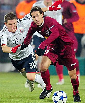 Tomas Costa, del Cluj, pelea un bal�n con Schweinsteiger , del Bayern de M�nich