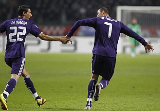 Di Mar�a y CR7 celebran el tercer gol blanco