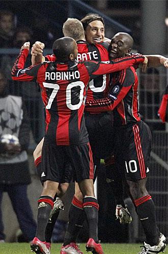 Ibrahimovic celebra con sus compa�eros el primer tanto del Milan.