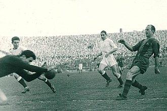C�sar, m�ximo goleador en la historia del Bar�a, fue un azote para el Madrid en los a�os 40 y 50. En la imagen, anota un gol ante los blancos en Les Corts.