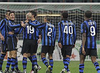 Los jugadores del Inter celebran el gol marcado ante el Twente.