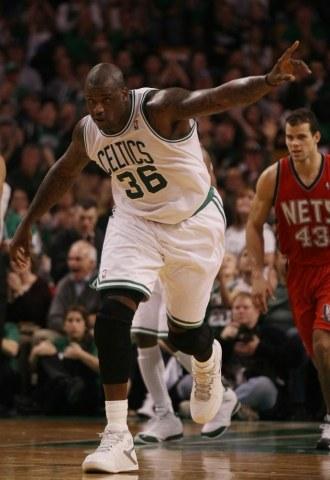 Shaquille O'Neal celebra una canasta ante los Nets
