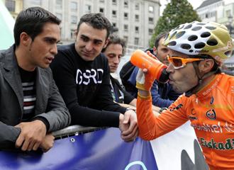 Contador conversa con Samuel en Oviedo.