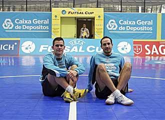 Vinicius y �lvaro posan en el centro del campo de la pista del pabell�n Odivelas, donde se miden hoy al equipo rumano.