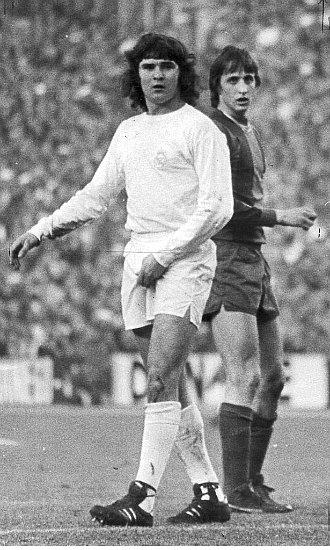 Camacho, siempre atento a Cruyff. Los marcajes del madridista al azulgrana fueron todo un 'cl�sico' dentro del Cl�sico.