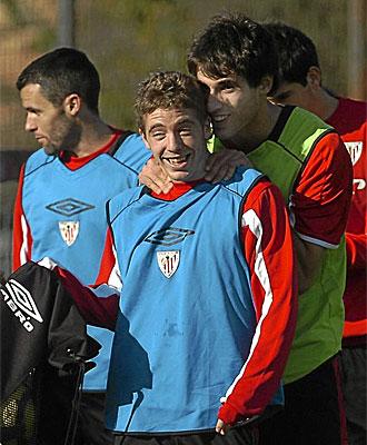 Javi Mart�nez bromea con Iker Muniain, con Pablo Orbaiz al fondo, en un entrenamiento.