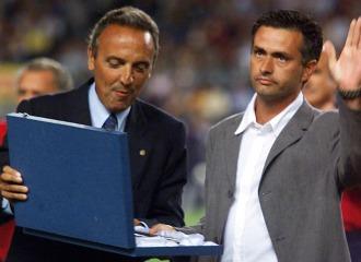 Gaspart entrega una placa a Mourinho en su despedida