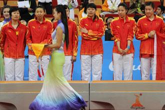 Las jugadoras del equipo chino de baloncesto, recibiendo sus medallas de oro