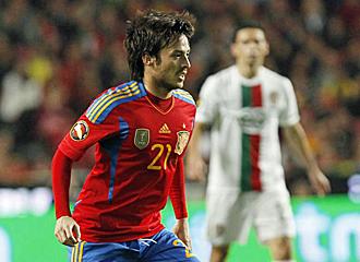 Silva conduce el balón en el partido ante Portugal que promocionaba la candidatura ibérica.