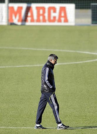 Mourinho, pensativo en un entrenamiento del Real Madrid.