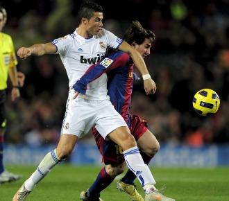 Messi y Ronaldo forcejean por un bal�n