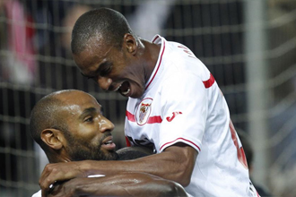Kanout�, celebra un gol junto a sus compa�eros