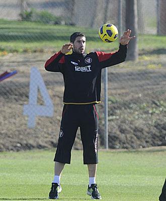 Dragutinovic controla el bal�n en un entrenamiento
