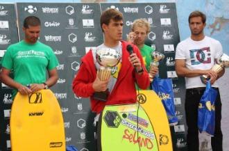 Guillermo Cobo posa con su trofeo de campe�n.
