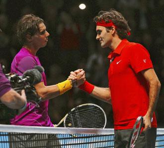 Nadal y Federer salud�ndose tras la final del Masters