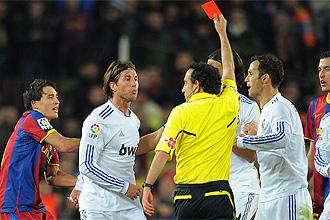 iturralde ense�a la roja a Ramos por su entrada a Messi