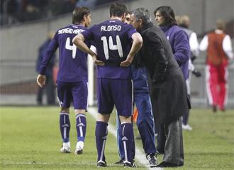Mourinho habla con Xabi Alonso en el partido contra el Ajax