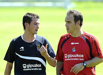 Lasarte charla con Llorente durante un entrenamiento.