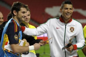 Iker y Cristiano se saludan antes del amistoso disputado entre España y portugal para promocionar la candidatura ibérica.
