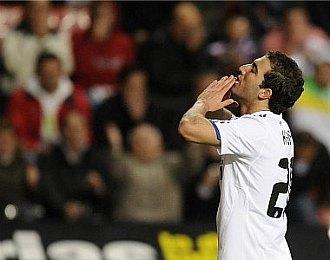 Gonzalo Higua�n se lamenta de una ocasi�n perdida durante el Sporting-Real Madrid.