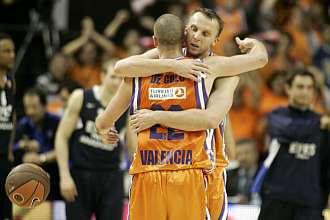 De Colo y Lischuk se abrazan al acabar el partido.