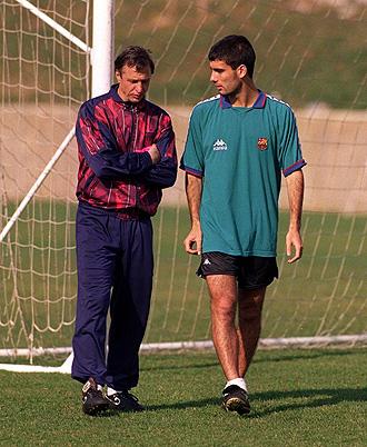 Cruyff y Guardiola conversan durante un entrenamiento del Barcelona en 1996.