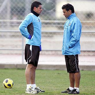 Luis Garc�a conversa con Del Horno en un entrenamiento.
