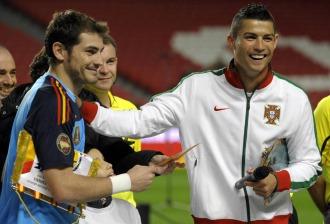 Cristiano Ronaldo junto a Casillas en la previa del Portugal-Espa�a