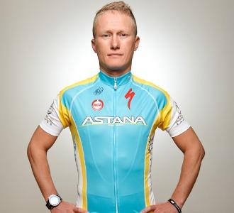 Vinokourov posando con el nuevo maillot del Astana.