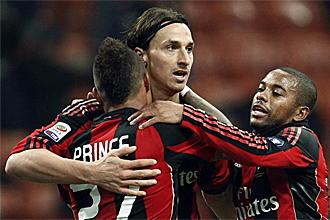 Ibrahimovic, Boateng y Robinho celebran uno de los tantos ante el Brescia