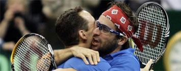 Clement y Llodr� se abrazan