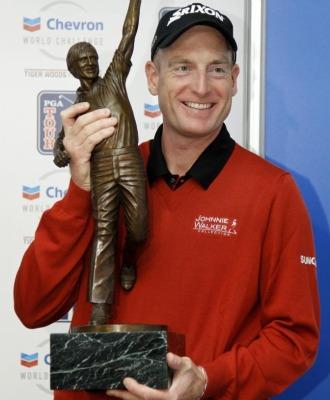 Furyk, con el trofeo que le otorgaron los golfitas.