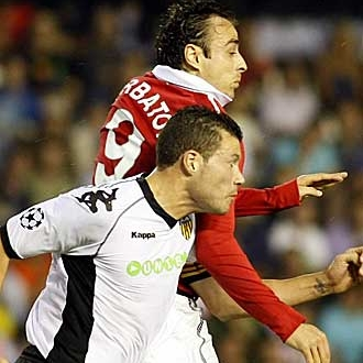 Berbatov y Navarro durante el primer partido del grupo C.