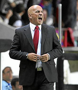 Luis César grita a sus jugadores durante el partido de esta temporada frente al Barcelona B en el Nou Estadi