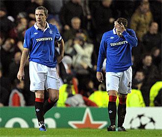 David Weir y Kyle Hutton se lamentan en el partido frente al Manchester United.
