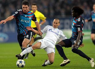 Toulalan ante Kluge, del Schalke 04.