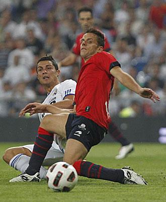 Camu�as disputa el bal�n con Ronaldo
