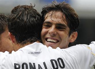 Kak� se abraza a Cristiano Ronaldo.