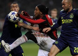 Ronaldinho intenta marcharse de dos enemigos