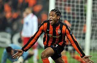 Luiz Adriano celebra su gol