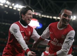 Nasri y Walcott celebran uno de los goles