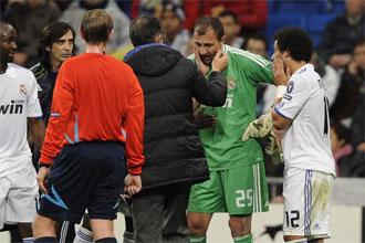 Dudek es atendido por las asistencias m�dicas del Real Madrid durante el partido contra el Auxerre
