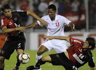 Gonzalo Chila lucha por un bal�n ante dos rivales.