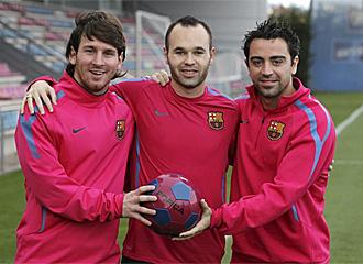 Messi, Iniesta y Xavi, posando tras conocerse que los tres est�n nominados al Bal�n de Oro.