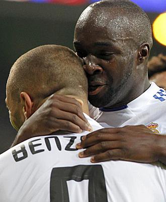 Benzema y Lass se abrazan tras un tanto del primero.